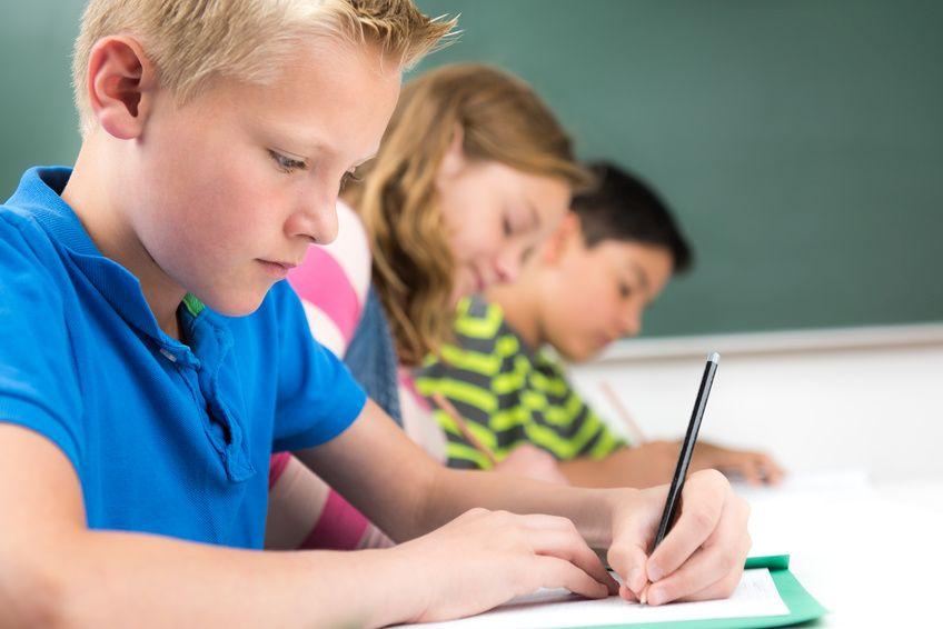 schüler schreiben eine klassenarbeit, back2school Nachhilfe vom Profi